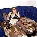 Mollige Hausfrau in schwarzen Strapsen