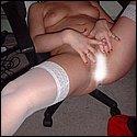 Breitbeinig beim Muschi fingern