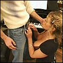 Klaviersch�lerin beim Blasen